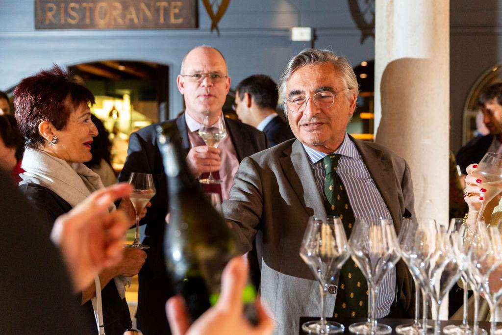 L'avvocato Raffaelli brinda in compagnia degli ospiti prima della cena