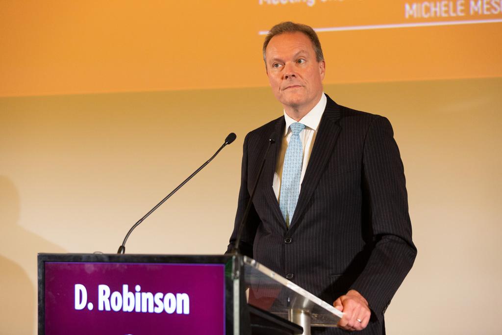 Il relatore Dr. Robinson introduce i temi del congresso annuale organizzato dall'EUGA