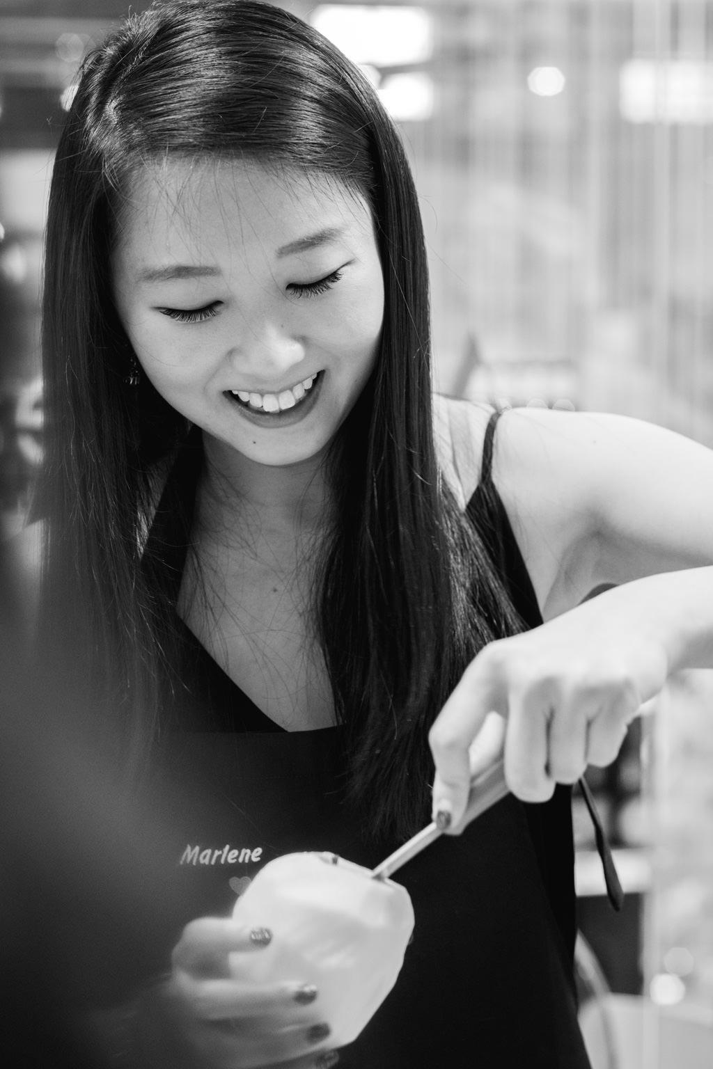 Una dipendente sbuccia una mela durante l'evento aziendale di team building
