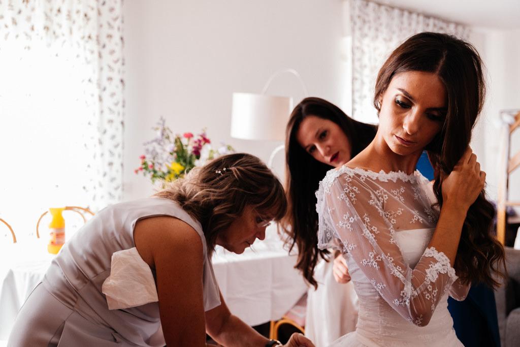 la mamma allaccia il vestito alla sposa milano matrimonio cristina e andrea