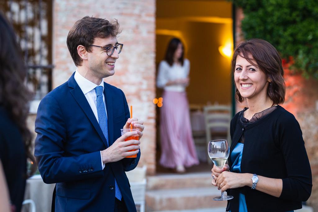 Due invitati alla cena di Gala scambiano alcune battute