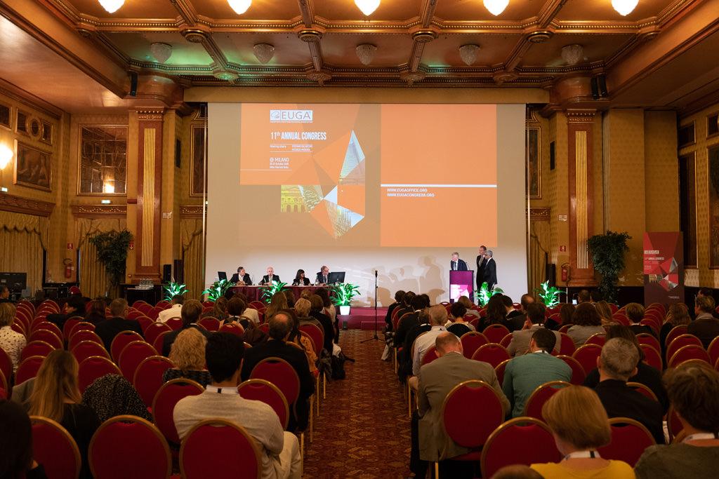Gli invitati prendono appunti durante la conferenza dell'EUGA