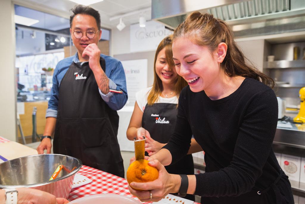 Alcune dipendenti si divertono in cucina durante l'evento di team building organizzato dall'azienda
