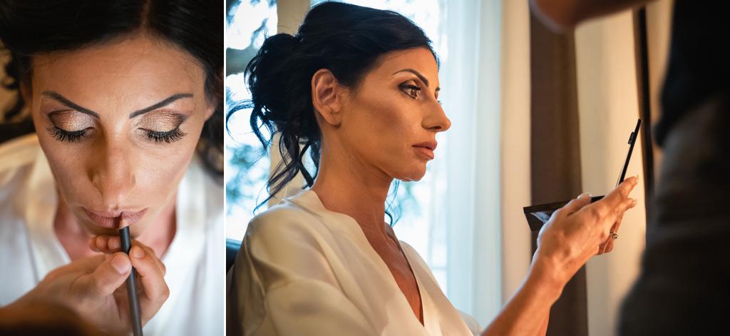 La sposa si guarda allo specchio durante la sessione di trucco