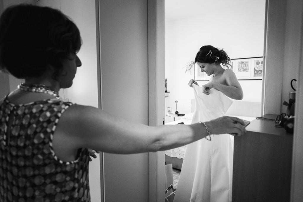 la sposa indossa l'abito - matrimonio luis e giovanna milano