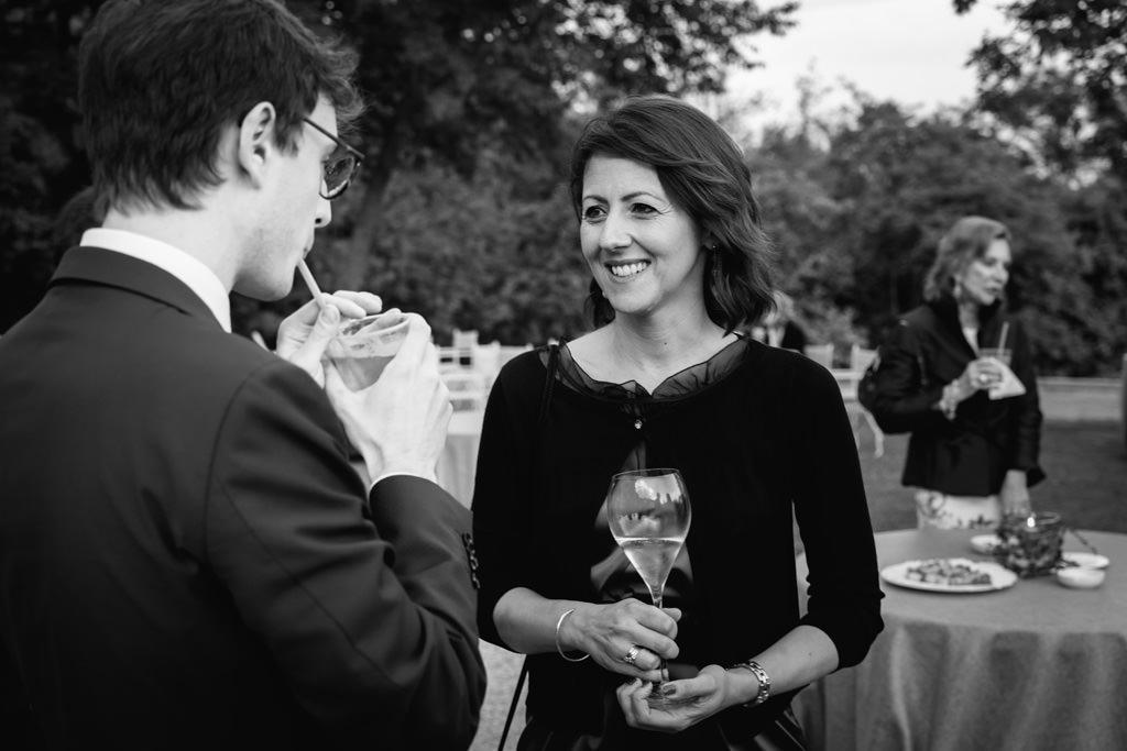Un'invitata s'intrattiene in compagnia di un ospite