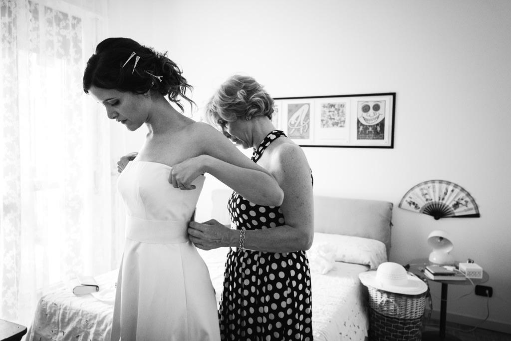 La mamma allaccia il vestito alla sposa