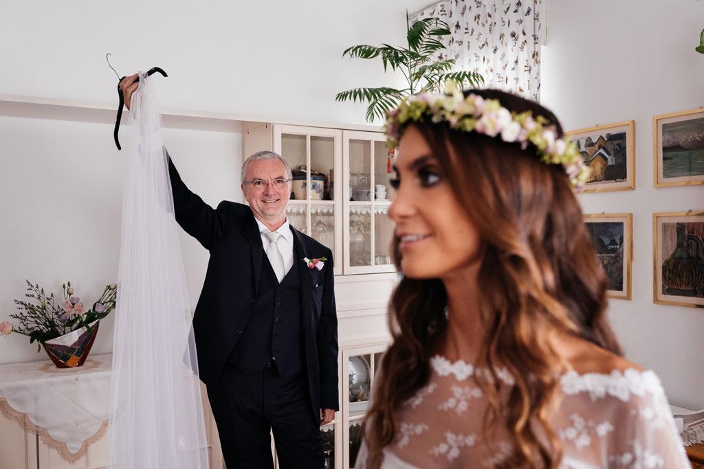 Il papà della sposa porge il velo a Cristina