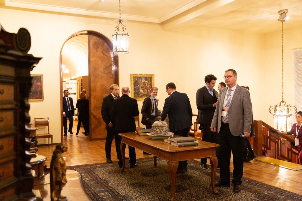 I partecipanti s'intrattengono in sala prima di celebrare la cena di Gala dopo il congresso dell'EUGA
