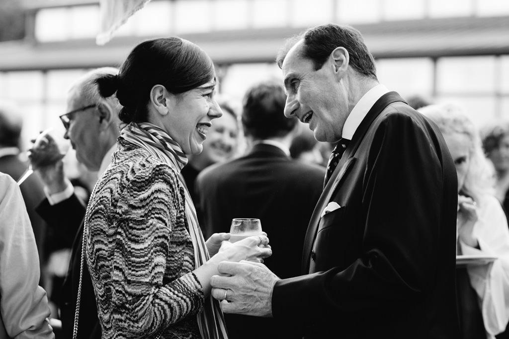 Due invitati conversano durante la cena di Gala presso la Casa del Gobbato