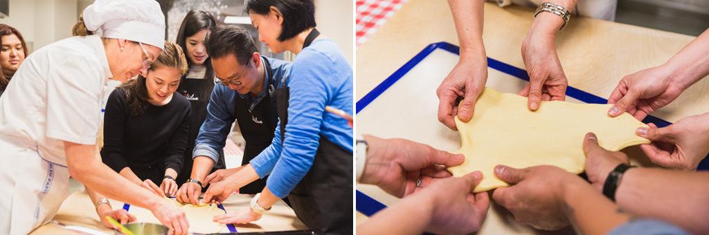 I dipendenti s'impegnano a preparare la torta di Strudel con la supervisione di una cuoca