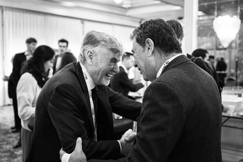 I relatori sci scambiano qualche battuta durante il congresso annuale dell'EUGA