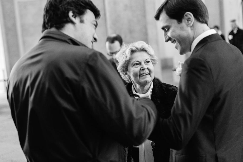 La mamma dello sposo fuori da Palazzo Reale