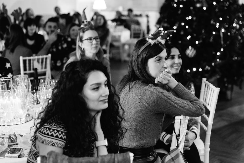 Le invitate seguono con attenzione l'estrazione dei regali natalizi