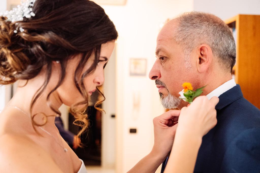 Giovanna aiuta il padre con i dettagli