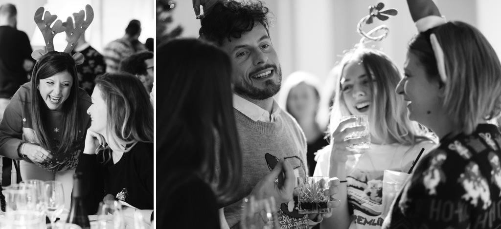 Gli invitati s'intrattengono in chiacchiere durante la cena natalizia organizzata da Pandora