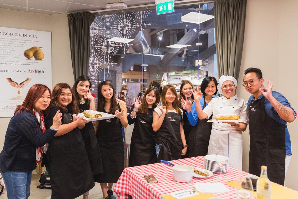 Alessandro Della Savia, fotografo di eventi aziendali, ritrae i componenti dell'azienda Tokio Marine Holdings con la torta di mele pronta da mangiare