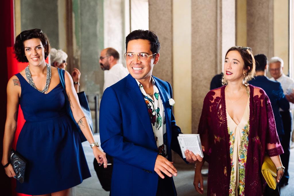 Lo sposo aspetta la sposa a palazzo reale
