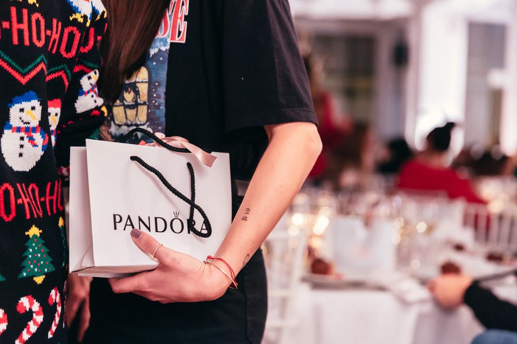 Un dettaglio di un regalo fornito da Pandora per i suoi dipendenti