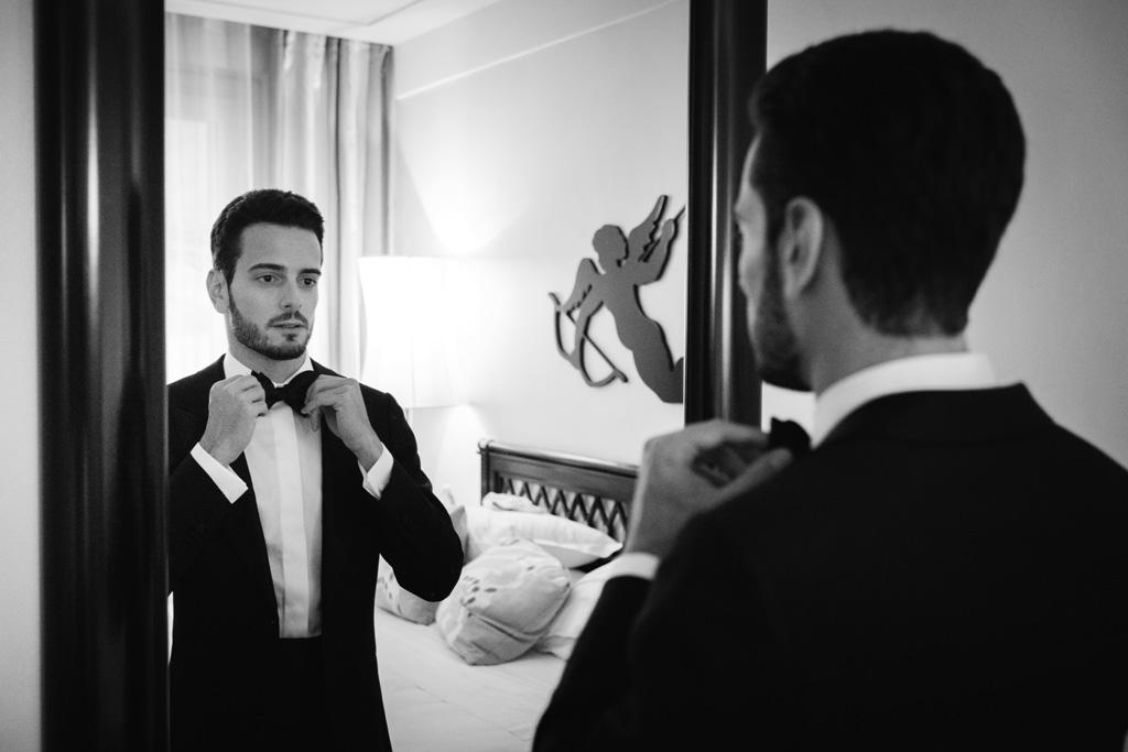 Lo sposo sistema il papillon allo specchio