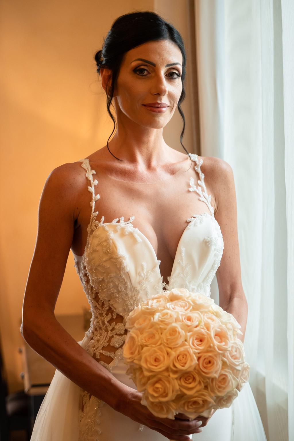 Ritratto della sposa con il bouquet
