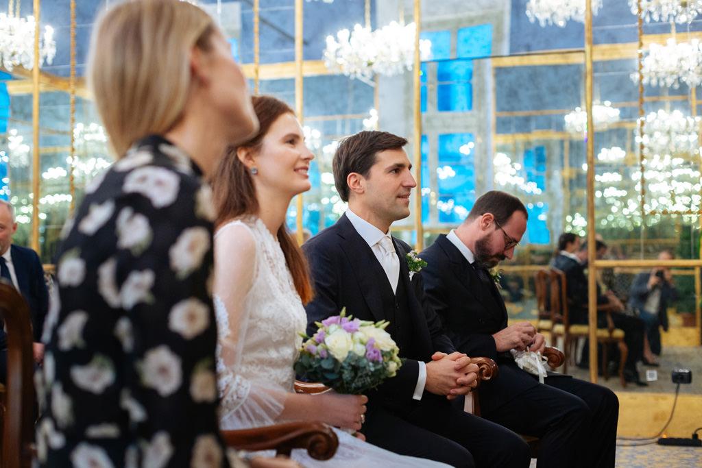 Gli sposi e i testimoni durante la cerimonia