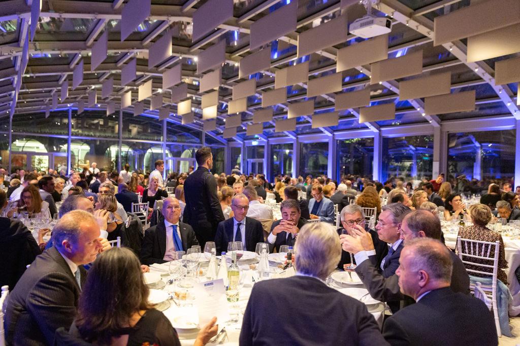 Un campo totale della cena di Gala per festeggiare l'undicesimo congresso dell'EUGA fotografata da Alessandro Della Savia, fotografo di eventi, presentazioni e cene aziendali