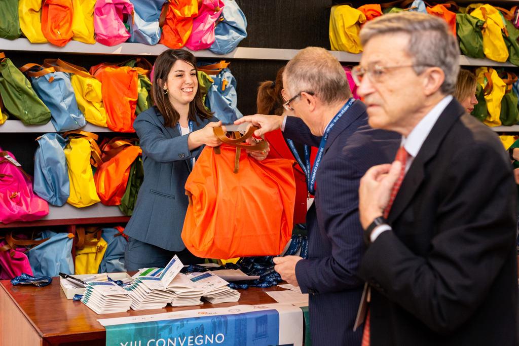 Un ospite riceve una borsa alla reception