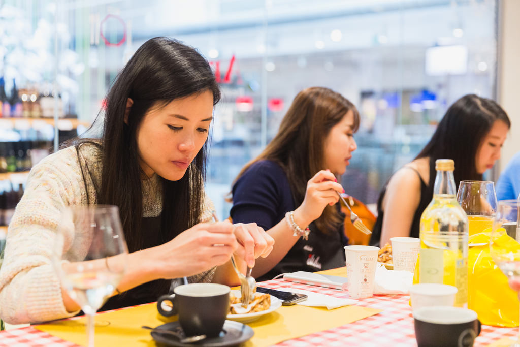 Alessandro Della Savia ritrae le belle dipendenti della Tokio MArine Holdings mentre assaggiano la Strüdel