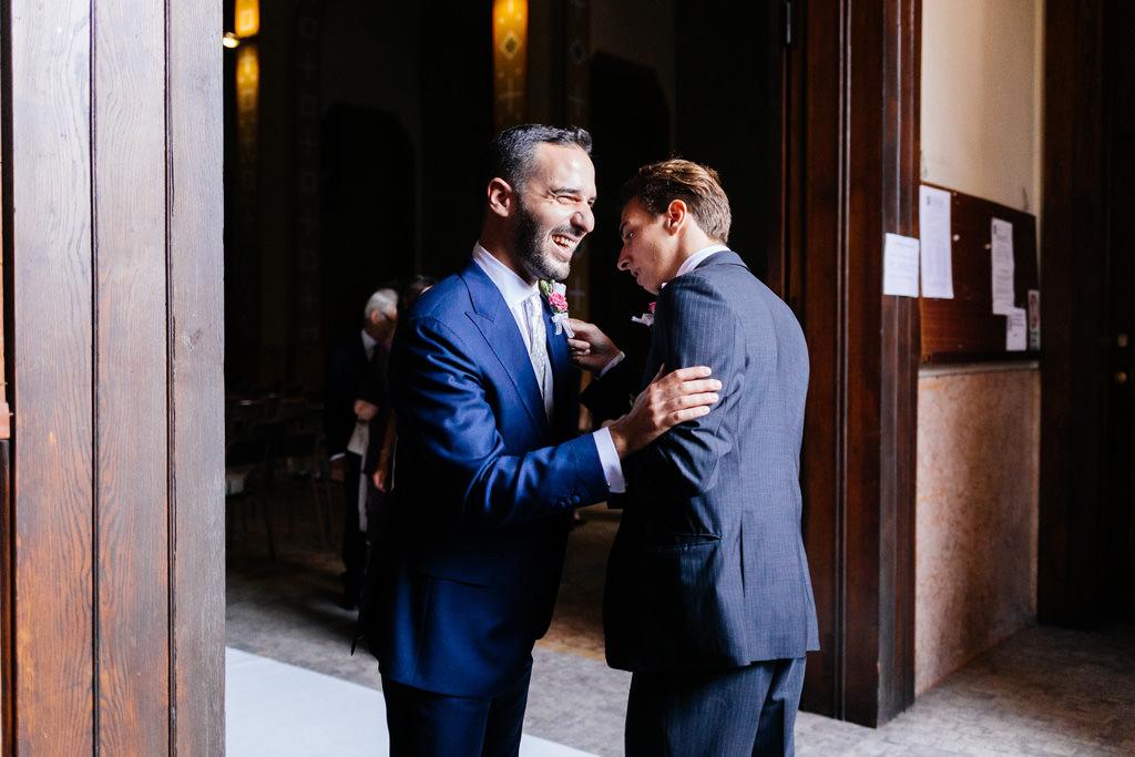 Lo sposo saluta il testimone fuori dalla chiesa di Milano