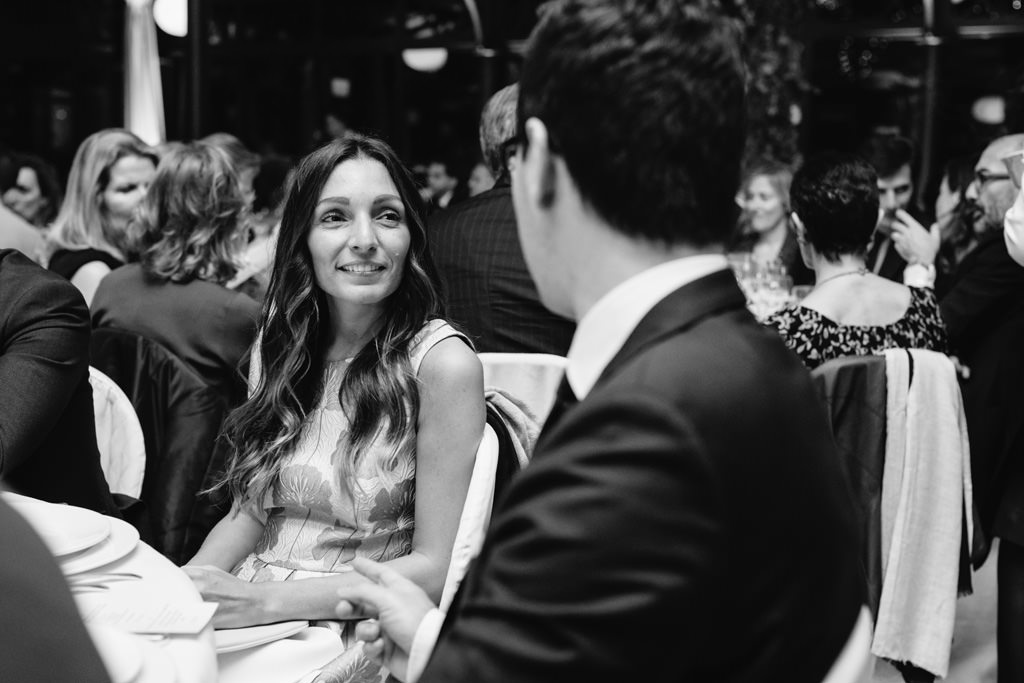Il fotografo di meeting aziendali Alessandro Della Savia riprende in uno scatto Ottavia Raffaelli mentre conversa con un ospite