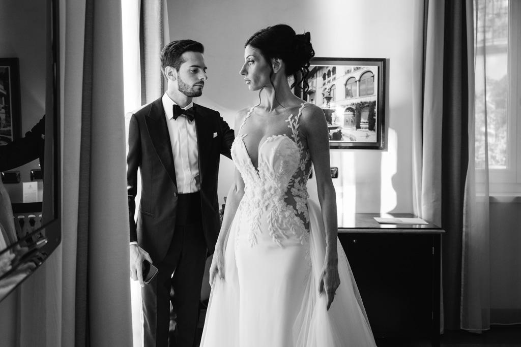 Ritratto di coppia in bianco e nero prima della cerimonia