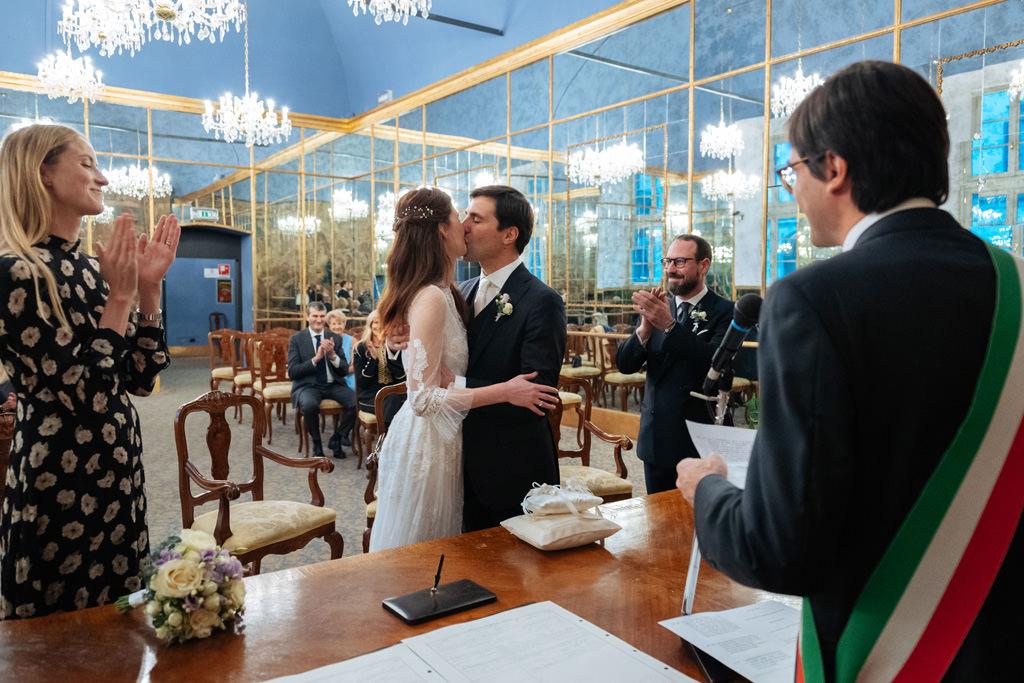 Primo bacio di Yulia e Andrea durante la cerimonia civile a Palazzo Reale