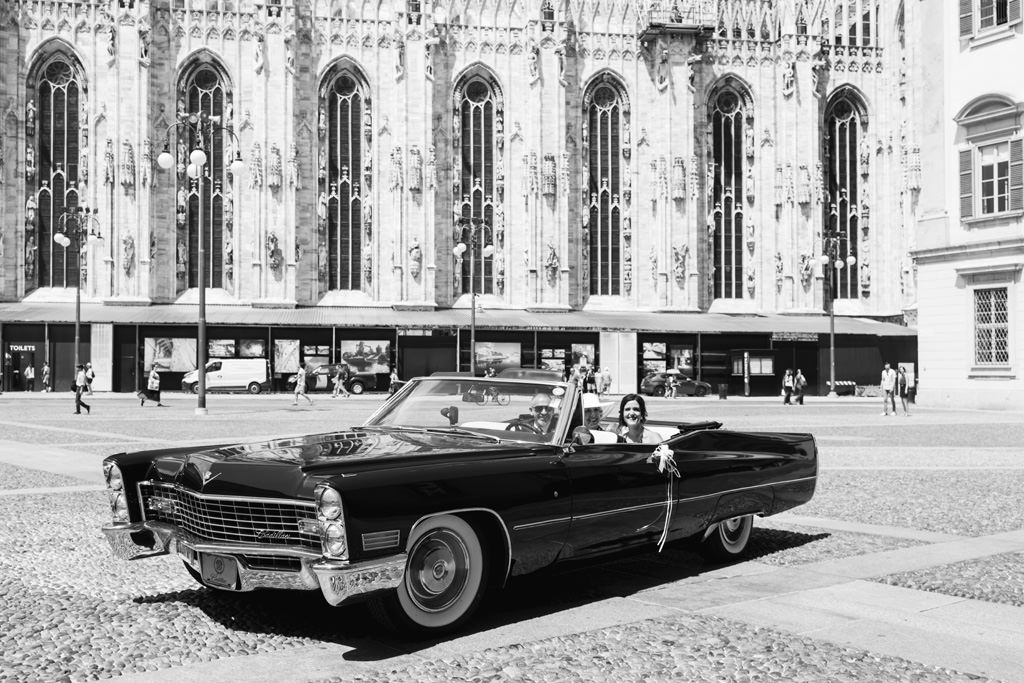 L'arrivo della sposa in un'auto d'epoca a Palazzo Reale, Milano