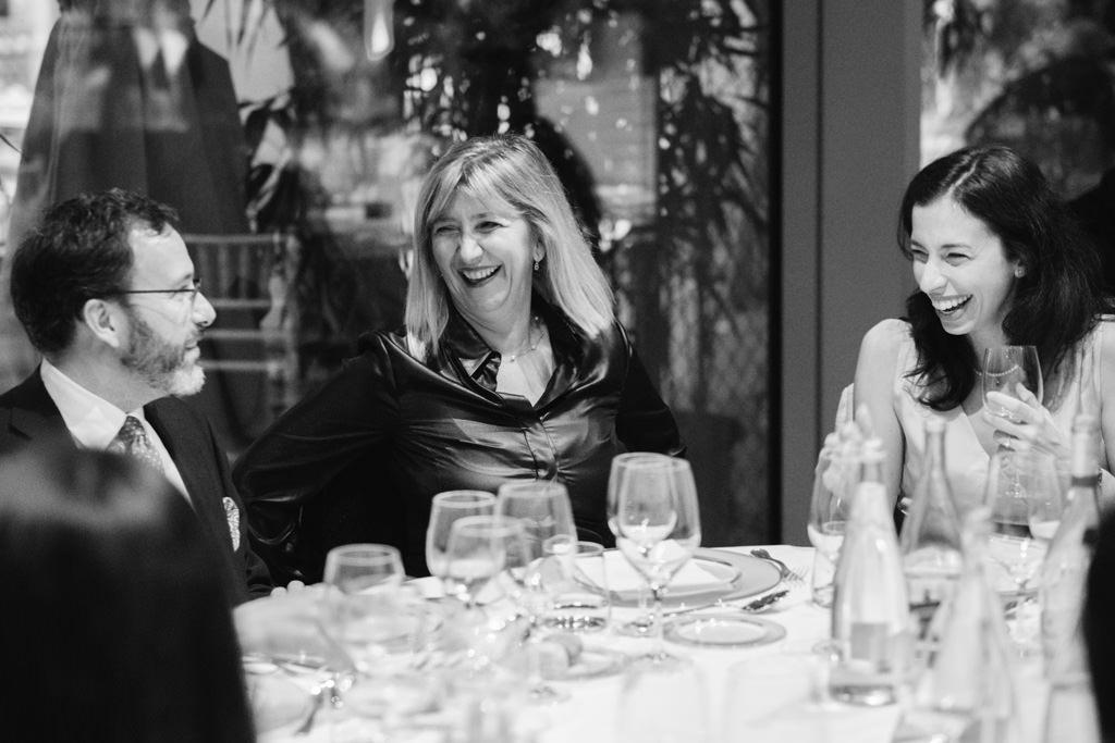 Gli invitati si lanciano sguardi di intesa durante la Cena di Gala Dell'EUGA