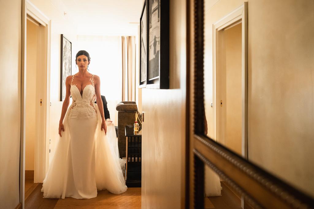 La sposa esce dalla stanza del Mandarin Oriental Resort
