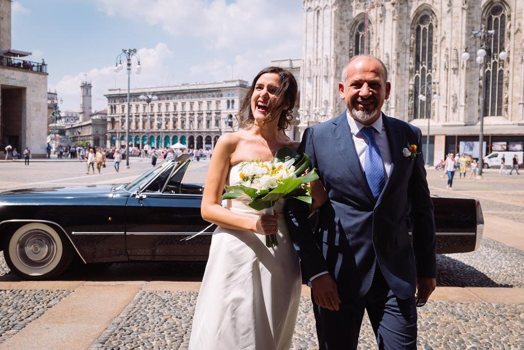 Il padre accompagna la sposa alla cerimonia