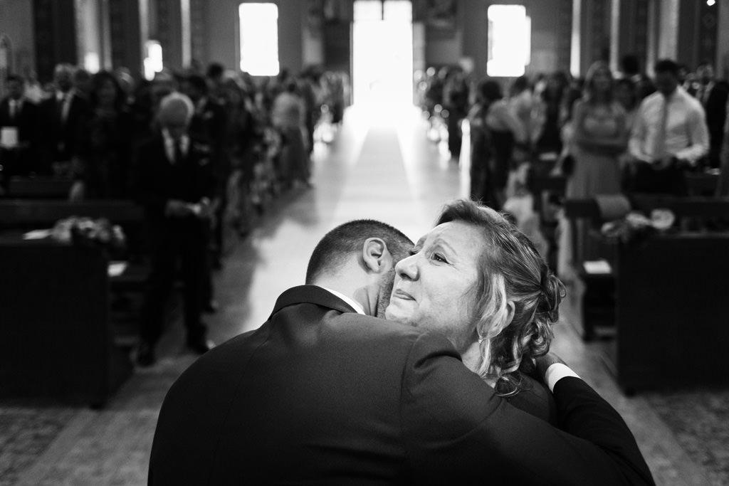 La mamma abbraccia lo sposo commossa