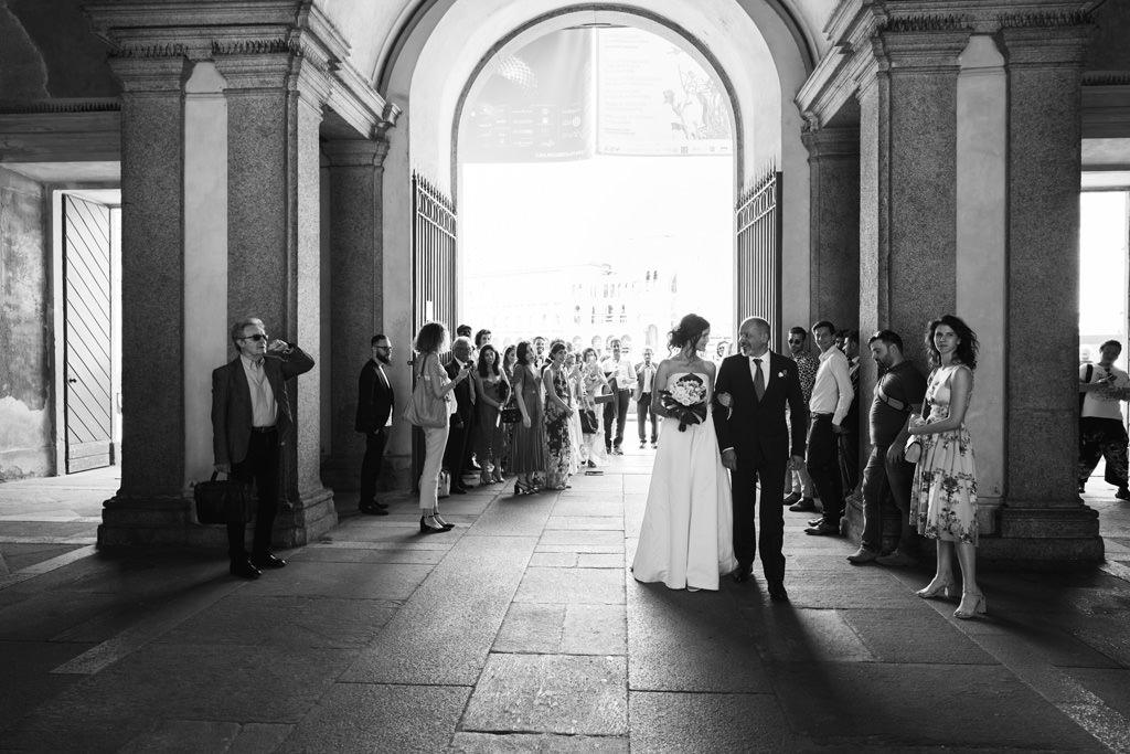 Il padre porta la sposa dentro Palazzo Reale da Luis