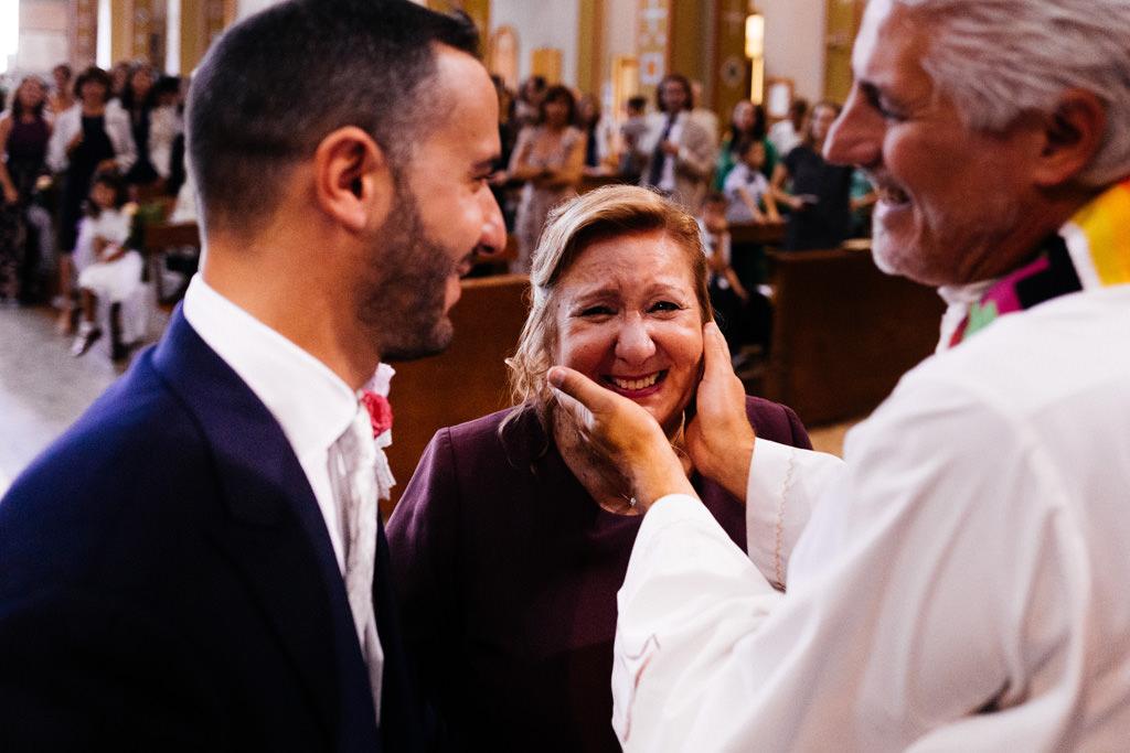 Il prete consola la mamma di Andrea in chiesa