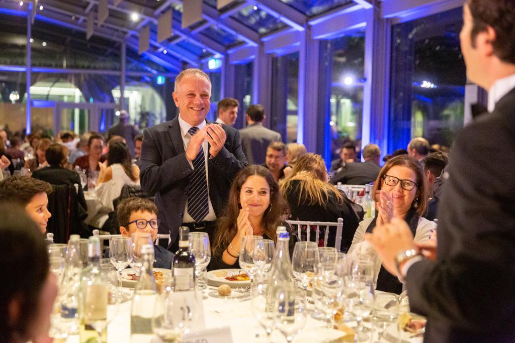Gli invitati applaudono divertiti il prestigiatore durante la cena di gala presso Villa Necchi Campigiglio