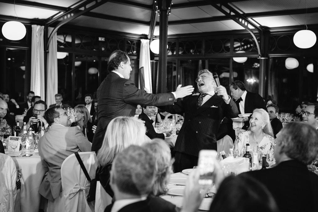 Un ospite abbraccia calorosamente l'avvocato Raffaelli in uno scatto del fotografo di cerimonie ed eventi Alessandro Della Savia