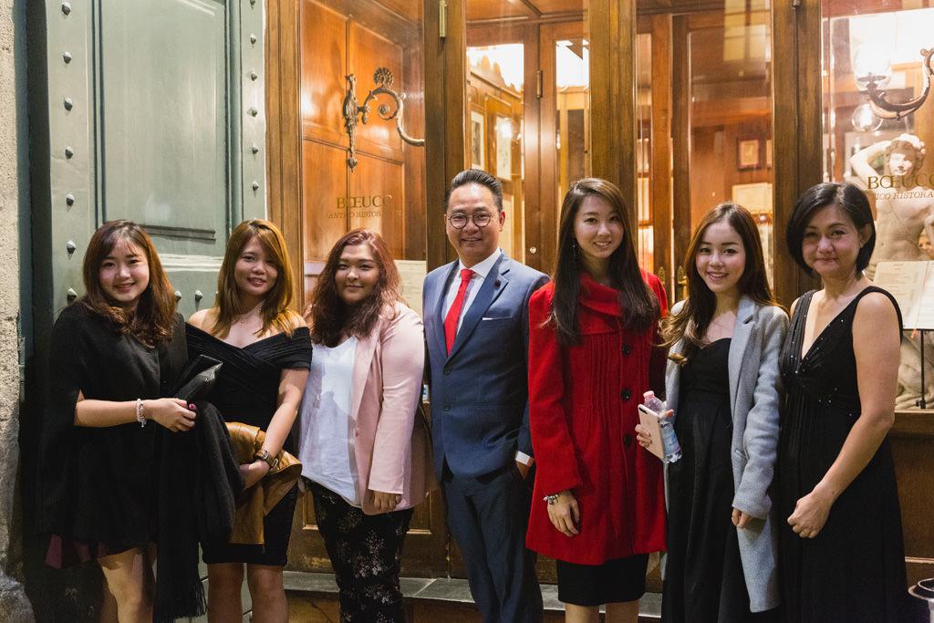 Alessandro Della Savia ritrae i componenti della Tokio Marine Holdings all'uscita del ristorante Boeucc