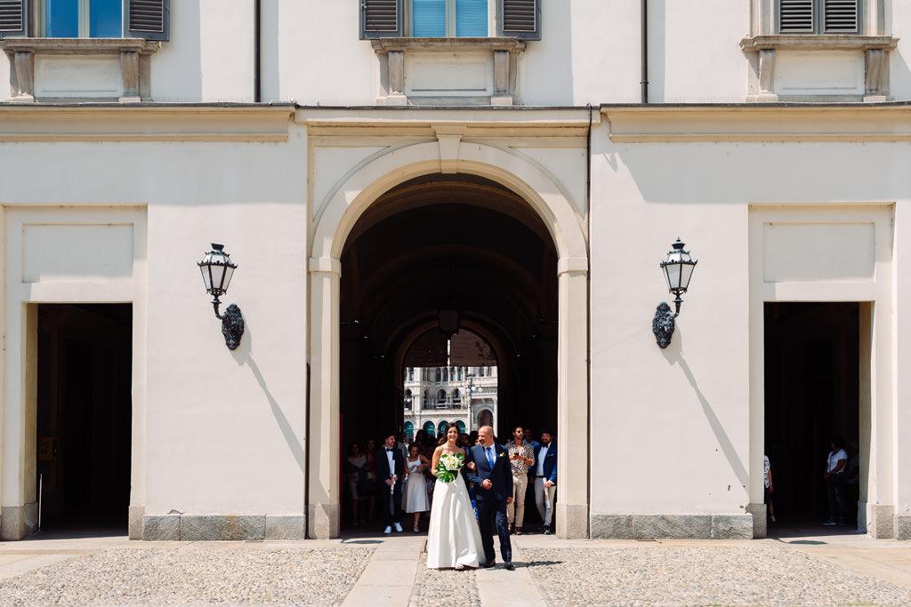 La sposa con il padre entrano nel cortile di Palazzo Reale