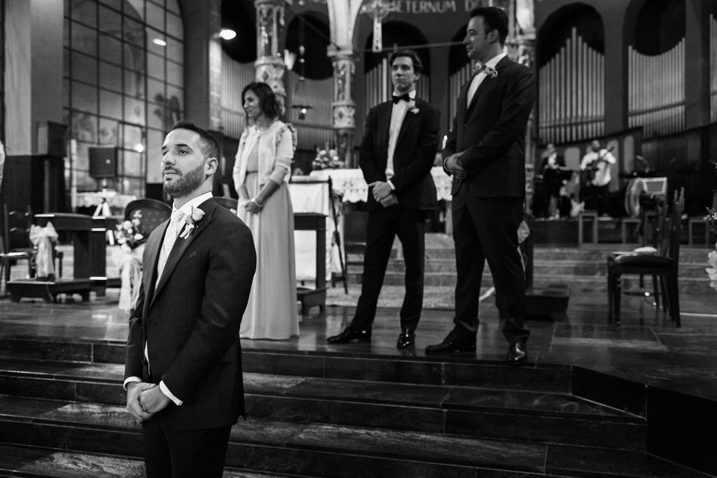 lo sposo aspetta la sposa bianco e nero matrimonio andrea e cristina milano