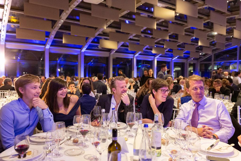 Gli invitati s'intrattengono con aneddoti divertenti ripresi dal fotografo di cene aziendali Alessandro Della Savia
