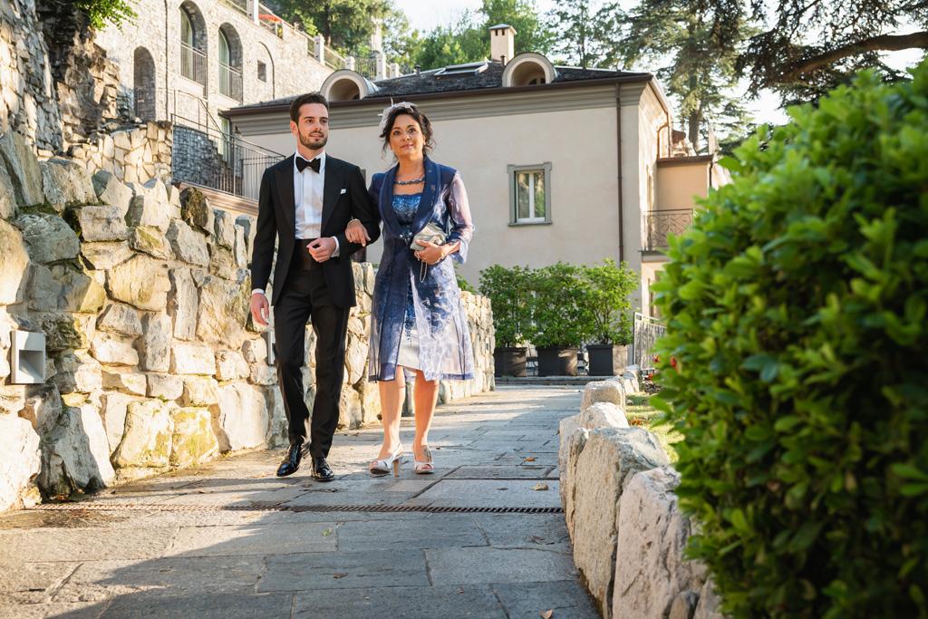 Lo sposo e la mamma vanno alla cerimonia