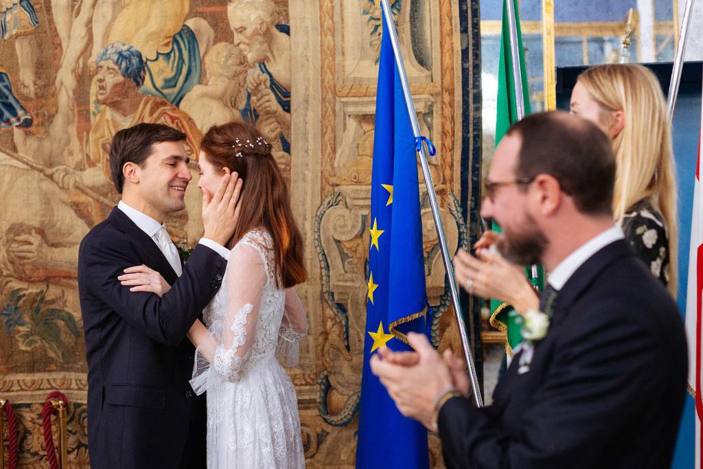 I testimoni applaudono agli sposi
