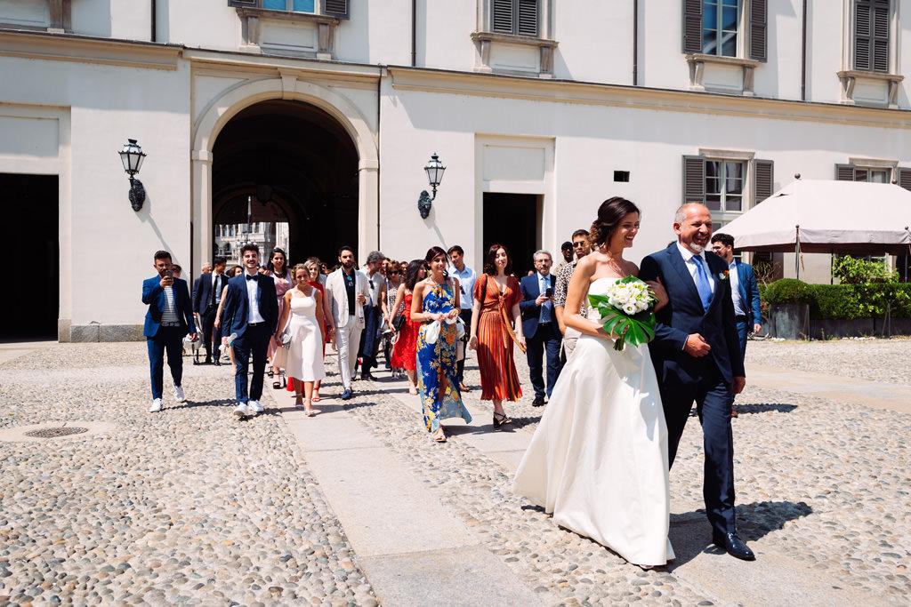 La sposa con il padre e gli invitati
