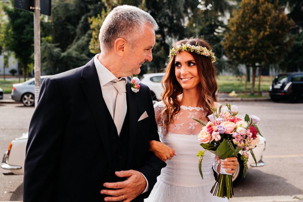 la sposa con il padre fuori dalla chiesa matrimonio milano andrea e cristina